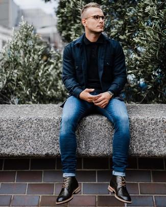 Comment porter: veste-chemise bleu marine, pull à col polo noir, jean skinny bleu, bottes brogue en cuir noires