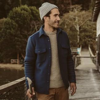 Comment porter: veste-chemise en laine bleu marine, pull à col rond beige, pantalon chino marron clair, bonnet gris