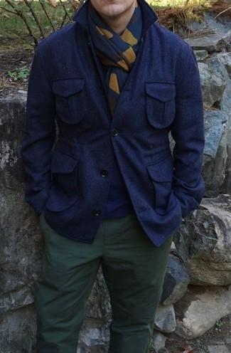 Comment porter: veste-chemise en laine bleu marine, pull à col rond bleu marine, pantalon chino vert foncé, écharpe imprimée bleu marine