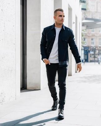 Comment porter: veste-chemise bleu marine, pull à col rond gris, jean skinny noir, bottes de loisirs en cuir noires