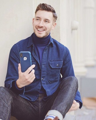 Comment porter: veste-chemise bleu marine, pull à col roulé bleu marine, jean bleu marine