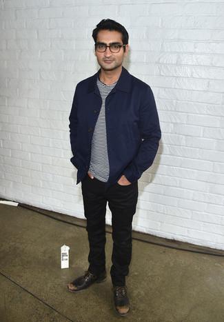 Comment porter: veste-chemise bleu marine, t-shirt à col rond à rayures horizontales blanc et noir, jean noir, chaussures derby en cuir marron foncé