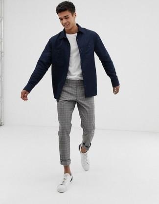 Tendances mode hommes: Pense à porter une veste-chemise bleu marine et un pantalon chino écossais gris pour une tenue idéale le week-end. Mélange les styles en portant une paire de des baskets basses en cuir blanches.
