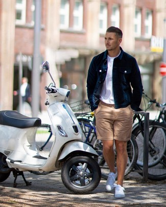 Comment porter: veste-chemise en velours bleu marine, t-shirt à col rond blanc, short marron clair, baskets basses blanches