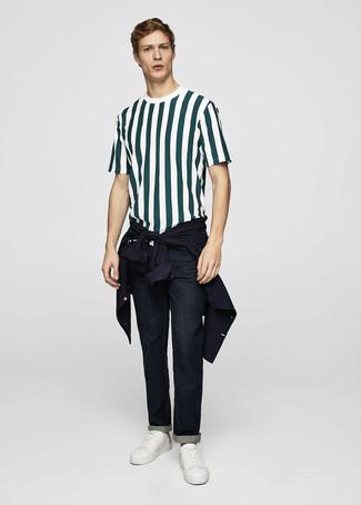 Comment porter: veste-chemise bleu marine, t-shirt à col rond à rayures verticales vert foncé, jean bleu marine, baskets basses en cuir blanches