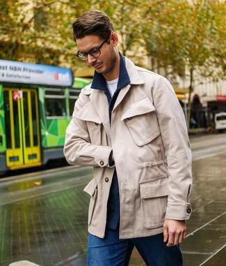 Comment porter: veste-chemise en laine bleu marine, veste style militaire beige, t-shirt à col rond blanc, jean bleu