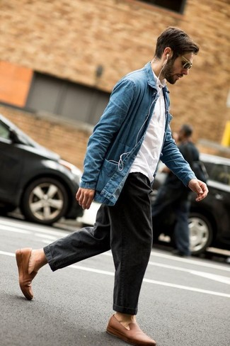 Comment porter des slippers en cuir marron clair: Associe une veste-chemise en denim bleue avec un jean gris foncé pour obtenir un look relax mais stylé. Une paire de des slippers en cuir marron clair est une façon simple d'améliorer ton look.