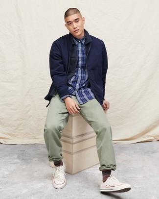 Comment porter un blouson aviateur bleu marine: Associe un blouson aviateur bleu marine avec un pantalon chino vert menthe pour une tenue idéale le week-end. Jouez la carte décontractée pour les chaussures et choisis une paire de des baskets basses en toile blanches.