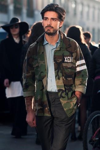 Comment porter: veste-chemise camouflage olive, chemise à manches longues bleu clair, pantalon chino noir