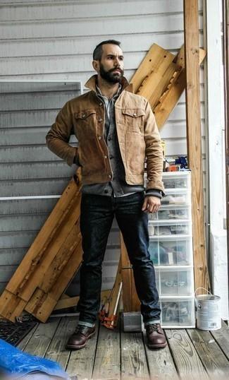 Comment porter une veste-chemise marron clair: Pour créer une tenue idéale pour un déjeuner entre amis le week-end, marie une veste-chemise marron clair avec un jean bleu marine. Complète ce look avec une paire de des bottes de loisirs en cuir marron foncé.