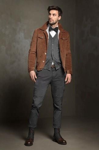 Comment porter: veste-chemise en daim marron, cardigan gris, chemise de ville blanche, pantalon cargo gris foncé