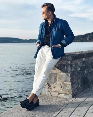 Comment porter un polo noir: Essaie d'harmoniser un polo noir avec un pantalon chino blanc pour obtenir un look relax mais stylé. Jouez la carte classique pour les chaussures et fais d'une paire de mocassins à pampilles en cuir noirs ton choix de souliers.