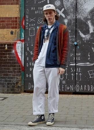 Comment porter une veste-chemise bleu marine: Marie une veste-chemise bleu marine avec un pantalon chino blanc pour un look idéal au travail. Décoince cette tenue avec une paire de des baskets montantes en toile bleu marine et blanc.