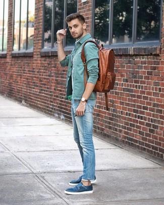 Comment porter un sac à dos en cuir marron: Choisis une veste-chemise vert menthe et un sac à dos en cuir marron pour un look idéal le week-end. Transforme-toi en bête de mode et fais d'une paire de des double monks en cuir bleus ton choix de souliers.