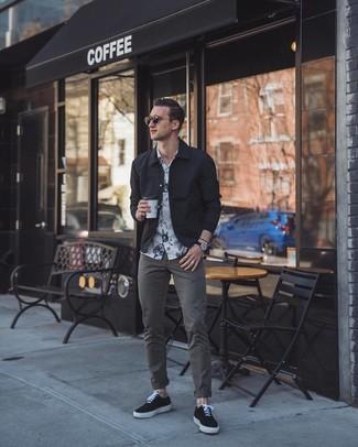Comment porter: veste-chemise noire, chemise à manches courtes à fleurs blanche et noire, pantalon chino gris foncé, baskets basses en toile noires
