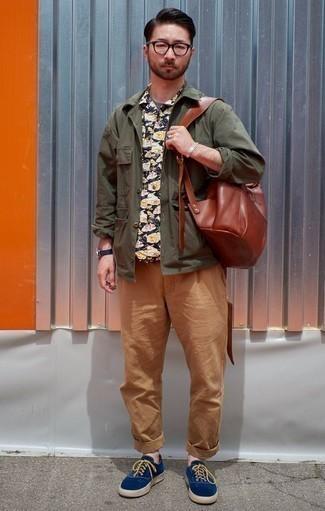 Comment porter une veste-chemise olive: Essaie de marier une veste-chemise olive avec un pantalon chino marron clair pour aller au bureau. Jouez la carte décontractée pour les chaussures et assortis cette tenue avec une paire de des baskets basses en velours bleu marine.
