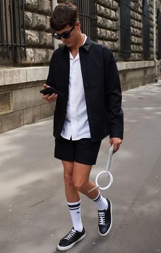 Comment porter une chemise à manches courtes blanche: Pense à porter une chemise à manches courtes blanche et un short noir pour obtenir un look relax mais stylé. Une paire de des baskets basses en cuir noires et blanches est une option parfait pour complèter cette tenue.