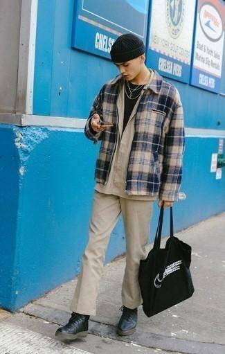 Comment porter un t-shirt à col rond noir à l'adolescence: Essaie de marier un t-shirt à col rond noir avec un pantalon chino beige pour une tenue idéale le week-end. Si tu veux éviter un look trop formel, choisis une paire de des baskets montantes en cuir noires.