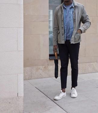 Comment porter une veste-chemise grise: Pense à harmoniser une veste-chemise grise avec un pantalon chino bleu marine pour prendre un verre après le travail. Si tu veux éviter un look trop formel, fais d'une paire de des baskets basses en toile blanches ton choix de souliers.