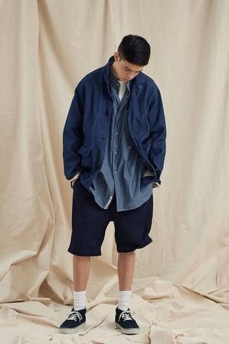 Comment porter une veste-chemise bleu marine: Essaie d'associer une veste-chemise bleu marine avec un short bleu marine pour un look de tous les jours facile à porter. Une paire de baskets basses en toile noires apportera un joli contraste avec le reste du look.