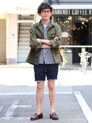 Comment s'habiller pour un style chic decontractés: Associe une veste-chemise olive avec un short en denim bleu marine pour obtenir un look relax mais stylé.