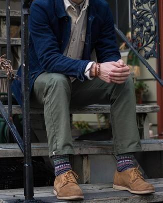 Comment porter une veste-chemise bleu marine: Harmonise une veste-chemise bleu marine avec un pantalon chino olive pour un look idéal au travail. D'une humeur créatrice? Assortis ta tenue avec une paire de chaussures derby en daim marron.