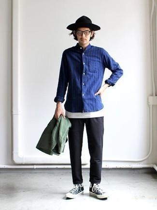 Comment s'habiller en automne: Associe une veste-chemise olive avec un pantalon chino noir pour achever un look habillé mais pas trop. Tu veux y aller doucement avec les chaussures? Choisis une paire de baskets montantes en toile bleu marine et blanc pour la journée. On trouve ce look canon pour l'automne.
