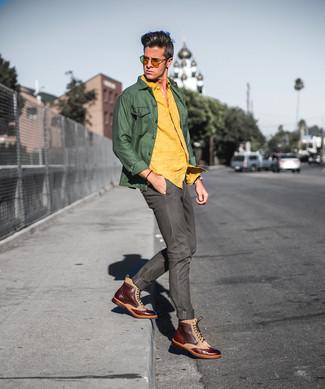 Comment porter: veste-chemise olive, chemise à manches longues en lin jaune, jean olive, bottes brogue en cuir marron