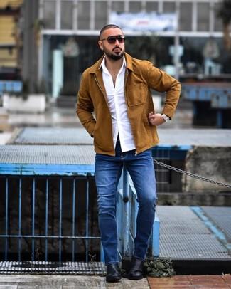 Comment porter: veste-chemise tabac, chemise à manches longues blanche, jean bleu, bottines chelsea en cuir noires