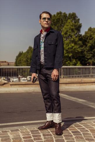 Comment porter: veste-chemise bleu marine, chemise à manches longues à rayures verticales blanc et bleu marine, jean noir, bottes western en cuir marron foncé