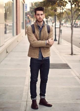 Comment porter des bottines chukka en cuir bordeaux: Pense à associer une veste-chemise marron clair avec un jean bleu marine pour une tenue idéale le week-end. Une paire de des bottines chukka en cuir bordeaux s'intégrera de manière fluide à une grande variété de tenues.