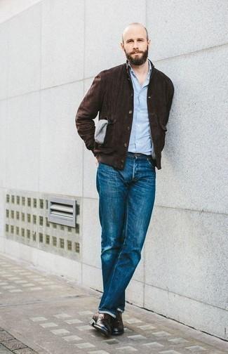 Comment porter un jean bleu: Pour créer une tenue idéale pour un déjeuner entre amis le week-end, essaie d'associer une veste-chemise en daim marron foncé avec un jean bleu. Opte pour une paire de des chaussures derby en cuir marron foncé pour afficher ton expertise vestimentaire.