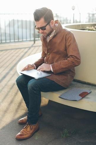 Comment porter des chaussettes bleu clair: Pour une tenue aussi confortable que ton canapé, marie une veste-chemise marron clair avec des chaussettes bleu clair. Une paire de des chaussures brogues en cuir marron clair ajoutera de l'élégance à un look simple.