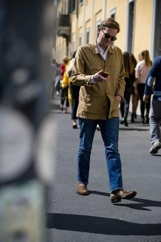 Tendances mode hommes: Marie une veste-chemise marron clair avec un jean bleu pour une tenue confortable aussi composée avec goût. Assortis cette tenue avec une paire de des bottines chelsea en daim marron pour afficher ton expertise vestimentaire.