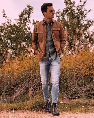 Comment porter: veste-chemise tabac, chemise à manches longues olive, jean skinny déchiré bleu clair, bottines chelsea en cuir noires