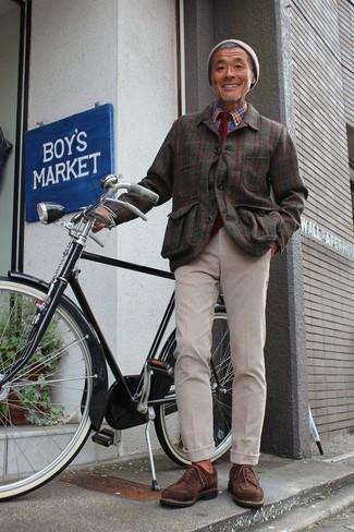 Comment porter: veste-chemise en flanelle à carreaux olive, chemise à manches longues écossaise bleue, pantalon chino beige, chaussures derby en daim marron foncé