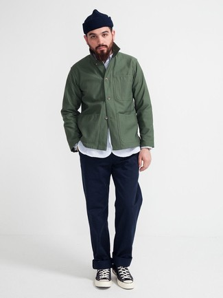 Comment porter: veste-chemise vert foncé, chemise à manches longues en chambray bleu clair, pantalon chino bleu marine, baskets montantes en toile noires et blanches