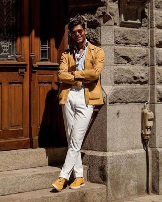 Comment porter: veste-chemise marron clair, chemise à manches longues bleu clair, pantalon chino blanc, baskets basses en daim jaunes