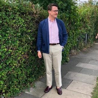 Comment porter: veste-chemise en laine bleu marine, chemise à manches longues à rayures verticales rose, pantalon chino beige, mocassins à pampilles en cuir bordeaux