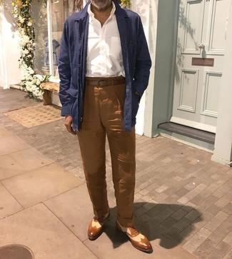 Comment porter: veste-chemise en lin bleu marine, chemise à manches longues blanche, pantalon chino en lin marron, chaussures brogues en cuir marron