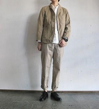 Des chaussures derby à porter avec un pantalon chino beige: Opte pour une veste-chemise marron clair avec un pantalon chino beige pour un look idéal au travail. Opte pour une paire de des chaussures derby pour afficher ton expertise vestimentaire.