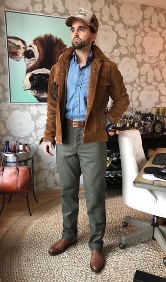 Tendances mode hommes: Opte pour une veste-chemise en daim marron avec un pantalon chino olive pour créer un look chic et décontracté. Opte pour une paire de des bottines chelsea en cuir marron pour afficher ton expertise vestimentaire.
