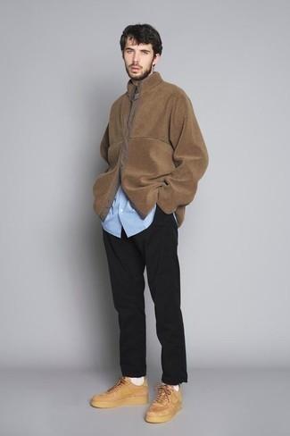 Tendances mode hommes: Harmonise une veste-chemise marron avec un pantalon chino noir pour créer un look chic et décontracté. Si tu veux éviter un look trop formel, complète cet ensemble avec une paire de des baskets basses en cuir marron clair.