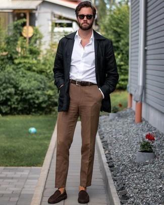 Comment porter des mocassins: Harmonise une veste-chemise en lin noire avec un pantalon chino marron pour un look idéal au travail. Tu veux y aller doucement avec les chaussures? Complète cet ensemble avec une paire de mocassins pour la journée.