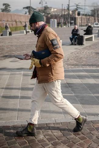 Comment porter un pantalon chino en velours côtelé blanc: Associer une veste-chemise matelassée marron clair avec un pantalon chino en velours côtelé blanc est une option confortable pour faire des courses en ville. Assortis cette tenue avec une paire de bottines chelsea en cuir marron foncé pour afficher ton expertise vestimentaire.