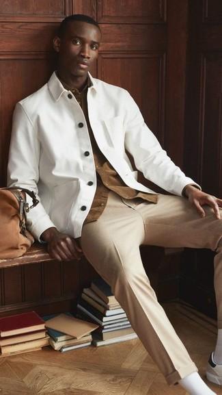 Comment s'habiller au printemps: Associe une veste-chemise blanche avec un pantalon chino marron clair pour créer un look chic et décontracté. Si tu veux éviter un look trop formel, assortis cette tenue avec une paire de baskets basses en cuir blanches et noires. Nous trouvons que pour pour les journées printanières cette tenue est parfaite.
