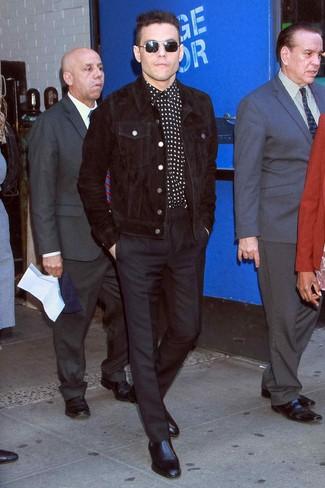 Comment porter: veste-chemise en velours côtelé noire, chemise à manches longues à étoiles noire et blanche, pantalon de costume noir, bottines chelsea en cuir noires