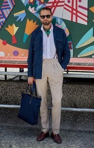 Comment porter des slippers en cuir bordeaux: Choisis une veste-chemise bleu marine et un pantalon de costume beige pour une silhouette classique et raffinée. Assortis ce look avec une paire de des slippers en cuir bordeaux.