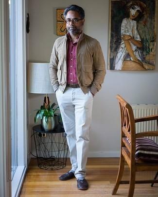 Comment porter un pantalon de costume blanc: Pense à associer une veste-chemise en daim marron clair avec un pantalon de costume blanc pour une silhouette classique et raffinée. Une paire de des slippers en cuir marron foncé est une option judicieux pour complèter cette tenue.
