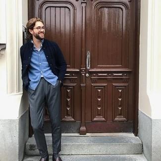 Comment porter des chaussettes gris foncé: Essaie d'associer une veste-chemise matelassée bleu marine avec des chaussettes gris foncé pour une tenue idéale le week-end. Une paire de slippers en cuir bordeaux ajoutera de l'élégance à un look simple.